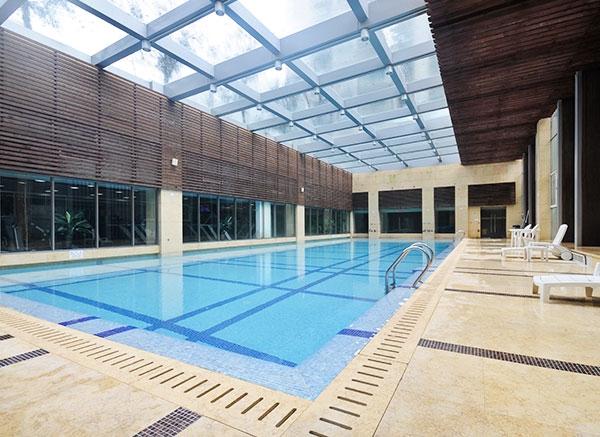 游泳池设计美观、大方,室内泳池建筑面积应宽敞